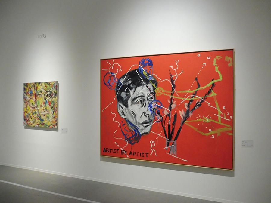 右:《画家の自画像》1982年 画家として最初の個展に向け、展覧会直前に制作された。左:《自画像》1983年