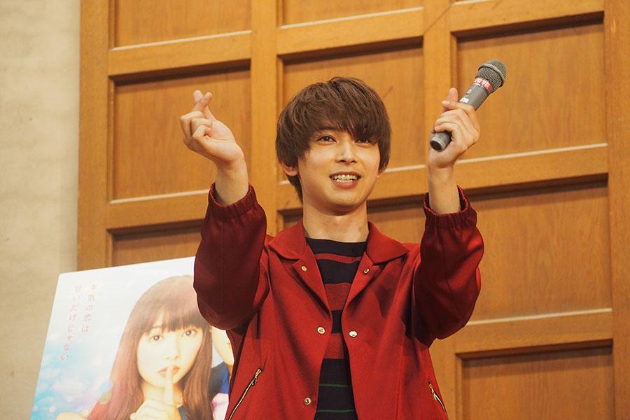 女子生徒から指で作るハートを教えてもらう吉沢亮(2日・京都市内)