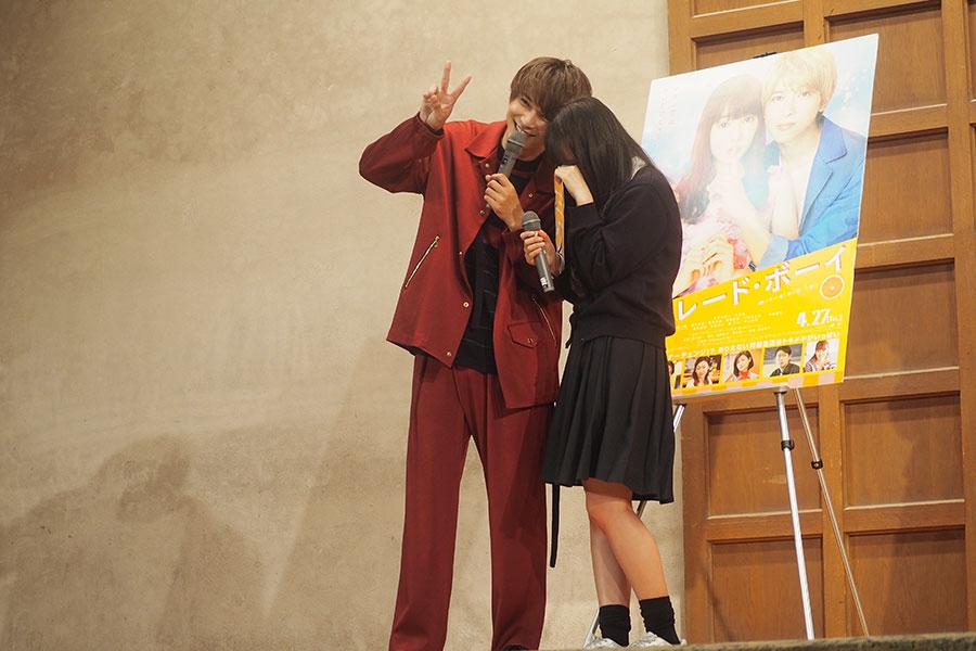 吉沢亮との2ショット撮影で、思わず泣き出す女子生徒(2日・京都市内)