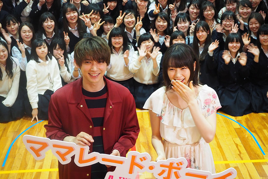 イベントの最後に、生徒たちと記念撮影をおこなった桜井日奈子(右)と吉沢亮(2日・京都市内)