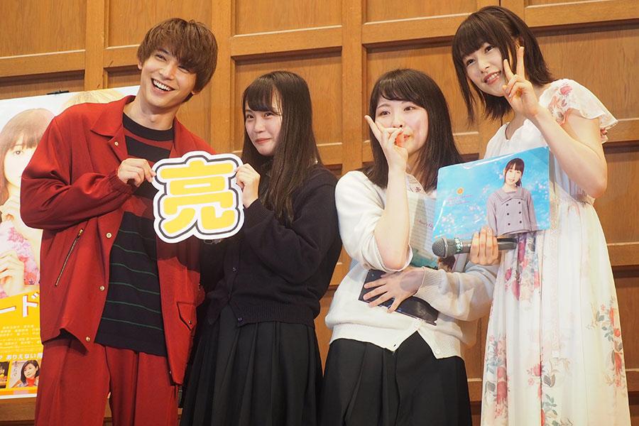 代表の生徒2人と記念撮影する吉沢亮(左)と桜井日奈子(2日・京都市内)