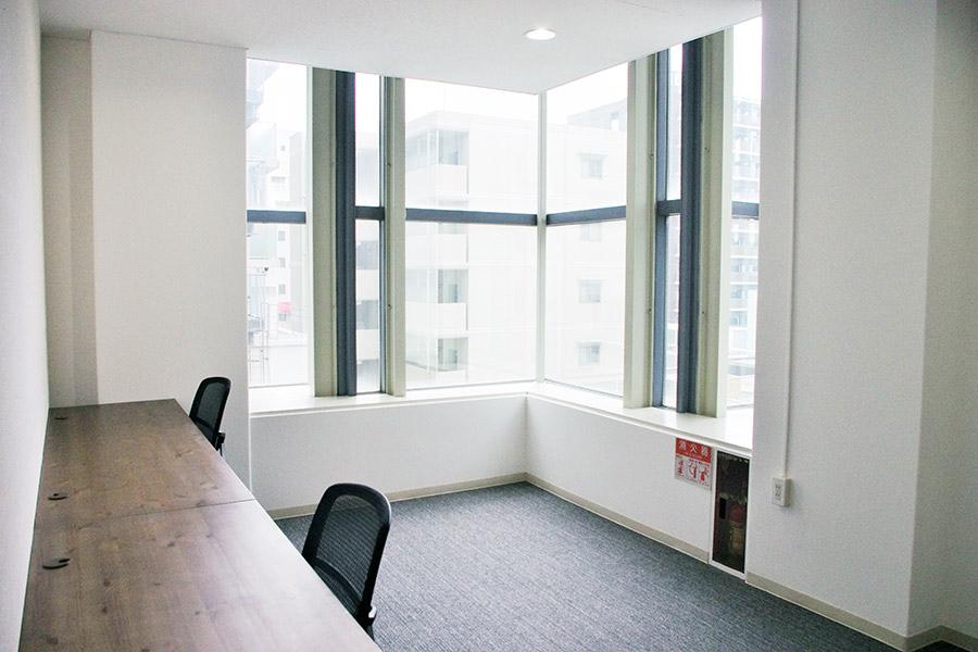 「120 WORKPLACE KOBE」の会員制レンタルオフィスの一室