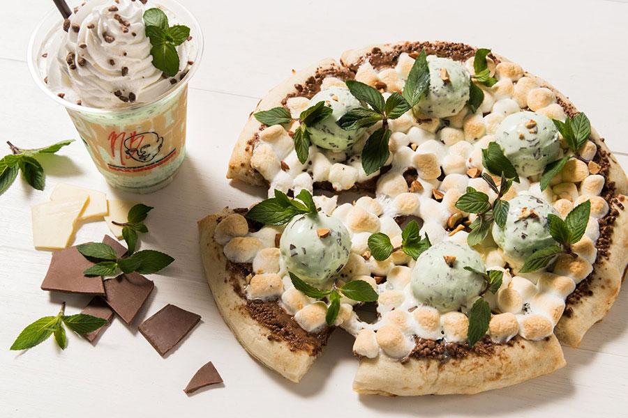 4月末からスタートしているチョコミントシリーズ。左から第1弾「ホワイトチョコミントシェイク」、第2弾「フレッシュミントチョコレートピザ」