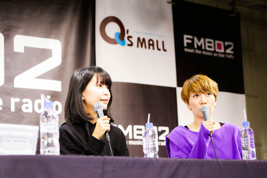 「インタビューで活動の完結についていっぱい聞かれるので、デビュー当時の思い出をずっと振り返ってる」と話す2人(11日、大阪市内)写真提供:FM802