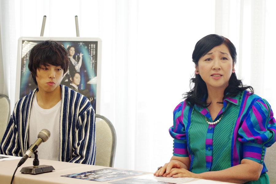 神妙な面持ちの永田崇人(左)と愛華みれ