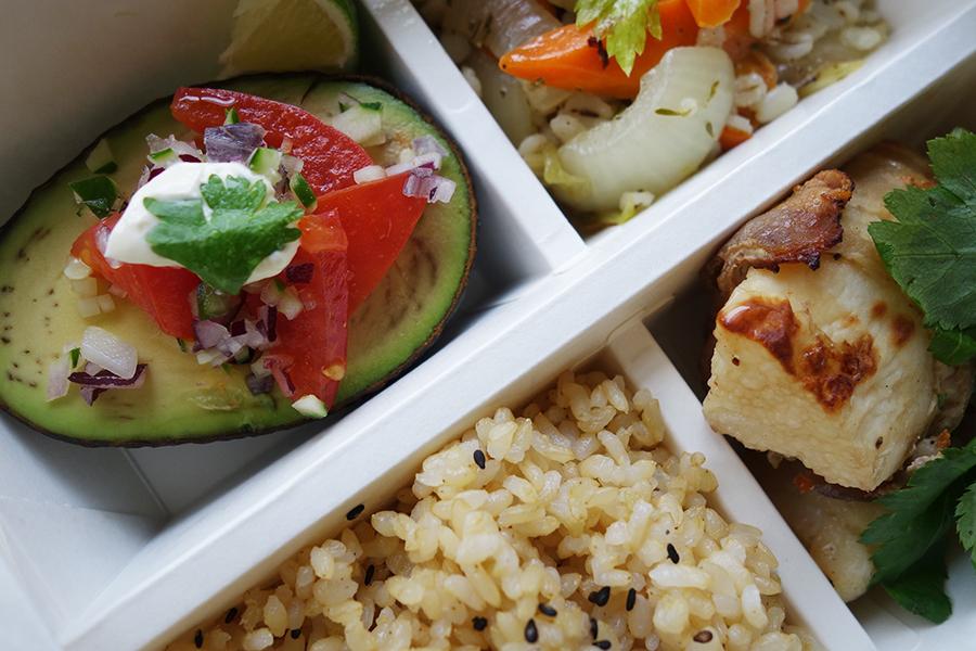 アボカド1/2個を楽しめる「アボカドカップサラダ テクスメクスドレッシング」は、お弁当のときはプラス100円