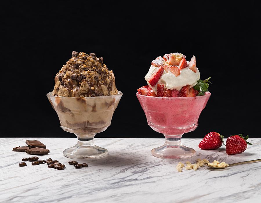 左からミルクチョコレートコーヒーかき氷、ホワイトチョコレートストロベリーかき氷