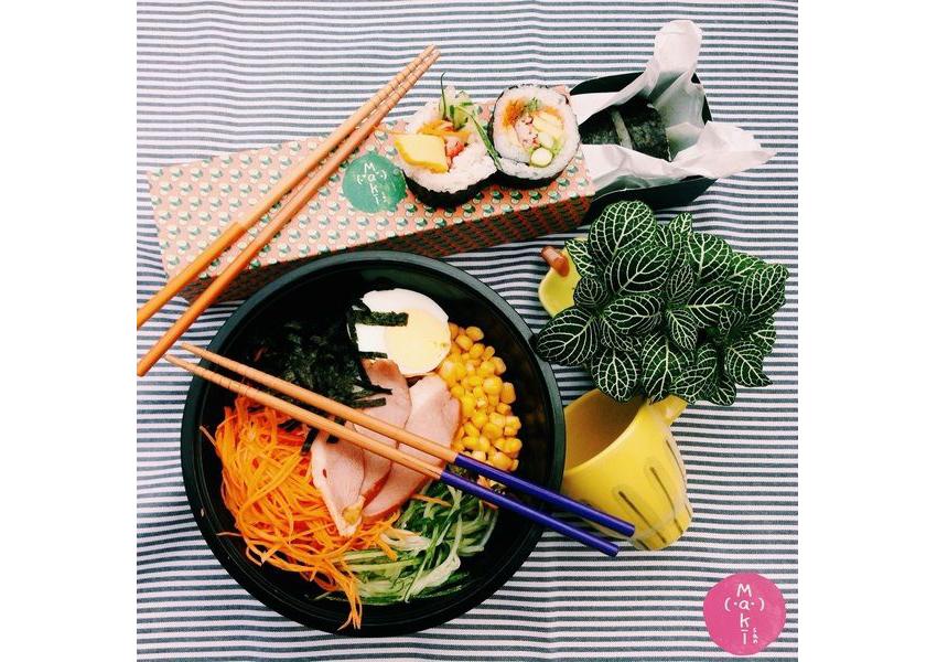 サラダと巻き寿司のトッピングを好きな組み合わせで楽しめる