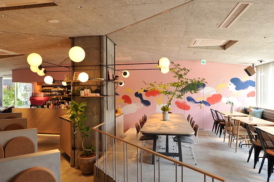 1階にあるカフェでは、モーニング、ランチ、ディナーも楽しめる