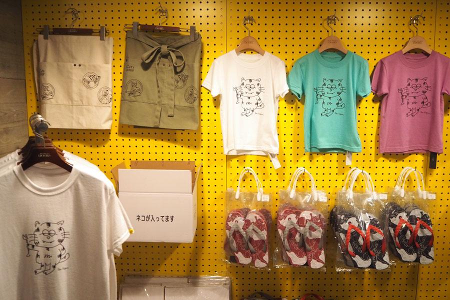 Tシャツやサコッシュ、サンダルなど、ネコモチーフのアイテムがたくさん