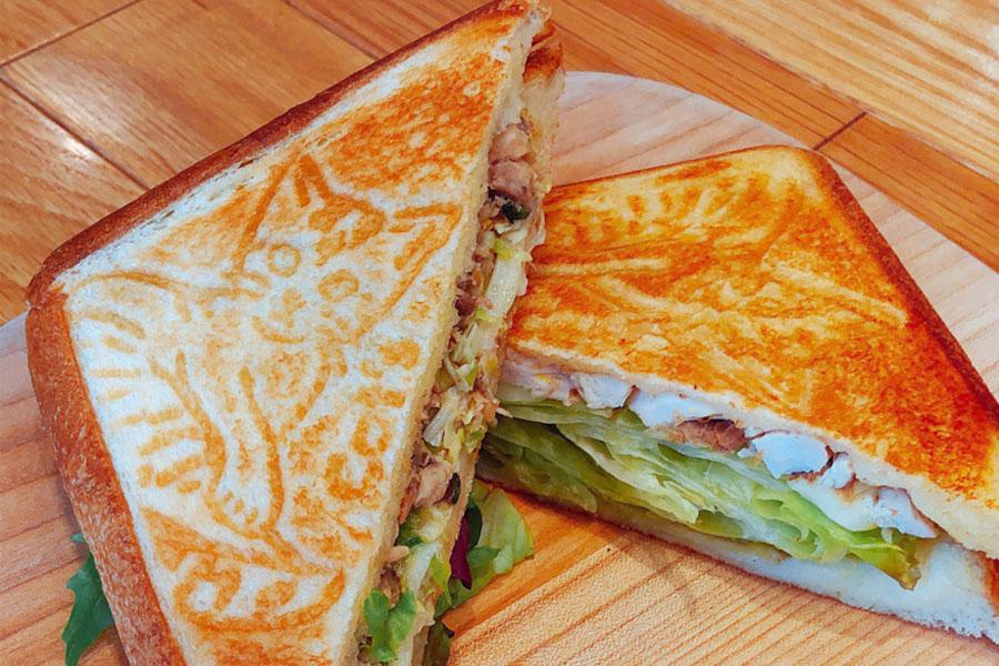 「ササミとオカカのレモンマリネ&モッツァレラチーズのホットサンドイッチ」フルサイズ(2個)750円、ハーフ(1個)400円 ※平日のみ、13:00〜提供