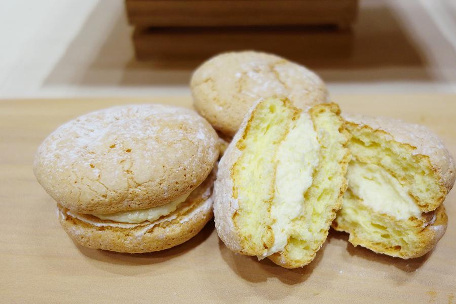 「ブーシェ フレ」はふわふわのブッセ生地に、クリームチーズ入りの生クリーム、センター部分にはカスタードをサンド。粒状のゴーダチーズとチェダーチーズをトッピング