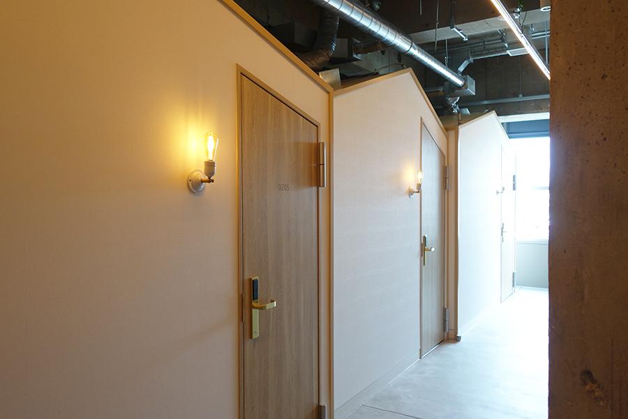 廊下から見ると小さなおうちが並んでいるよう