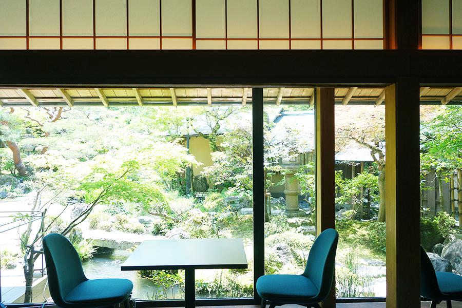 ダイニングからは小川治兵衛が作庭した庭園を楽しめる。気軽に楽しむならカフェ利用がおすすめ