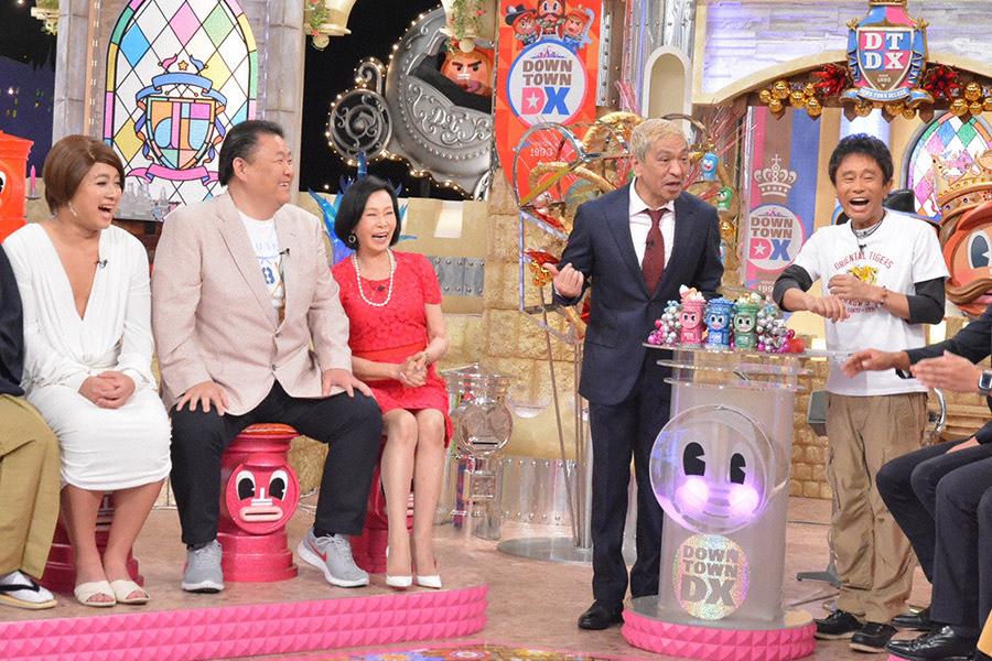 ギャンブルに使った金額は10億円という貴闘力氏(左から2番目)