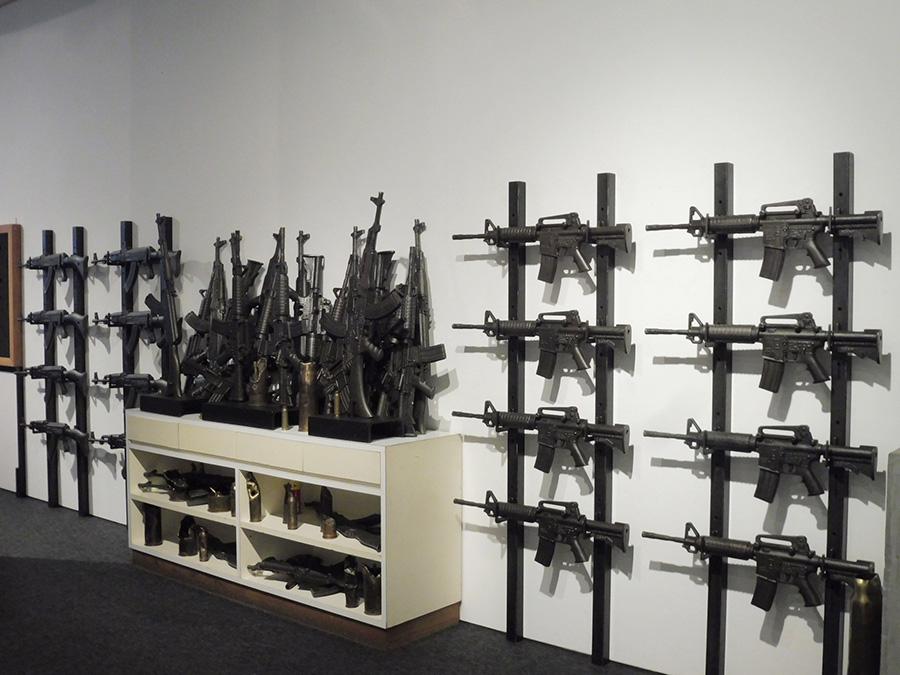 榎忠《AK-47》、《AR-15》