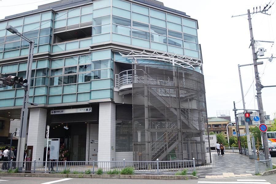 京阪三条駅から2番出口を利用すればすぐ。1階のカフェはだれでも利用できる