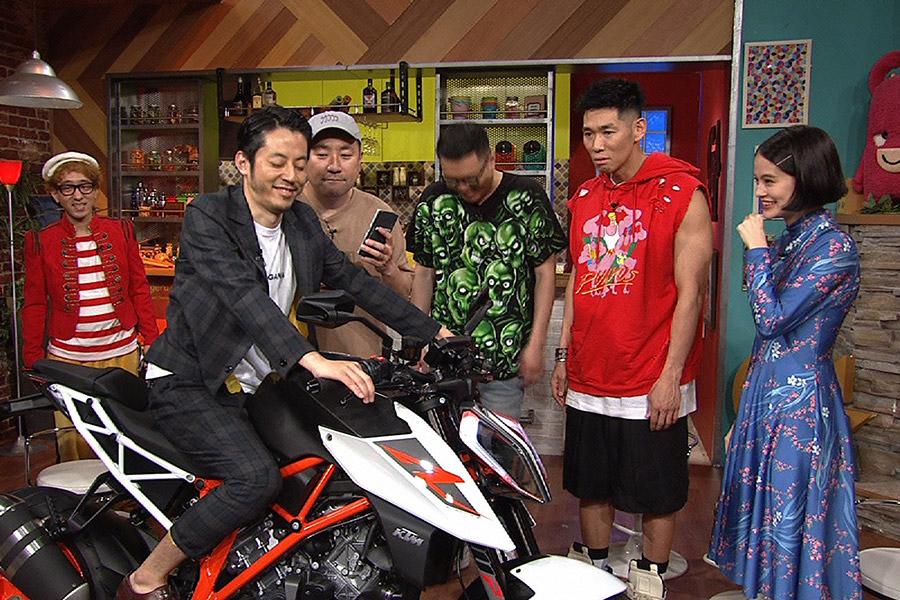 RGの最新バイクに、西野は「思っているバイクと全然違う」と驚く © ytv