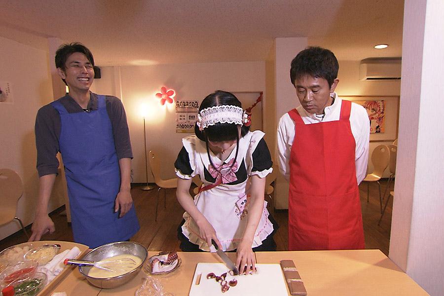 メイドカフェ「CCOちゃ」でたこ焼き作りに挑戦する浜田雅功(右)と袴田吉彦
