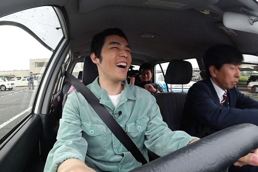人生初の車の運転に、テンション爆上げの濱田祐太郎