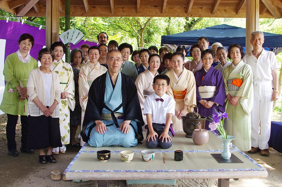 この日、来場者をもてなした表千家松本宗匠(中央左)と鈴木宏昌くん(中央右)と弟子のみなさん(9日・枚方市)