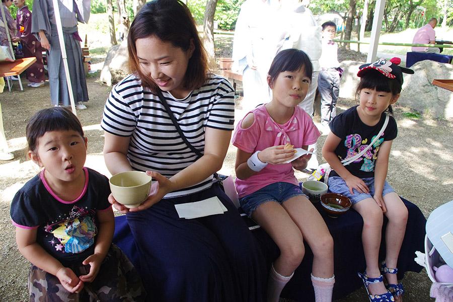 4人の子どもを連れて参加した尾崎さん一家。日本の伝統文化に触れさせることができ大満足(9日・枚方市)