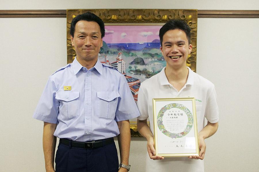 的確な救命措置で男性の命を救った今井祐司さん(右)と神戸市兵庫消防署の奥村芳彦所長(7日・神戸市内)