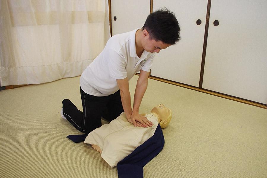 人形で常日頃から救命措置の訓練をしている今井祐司さん(7日・神戸市内)