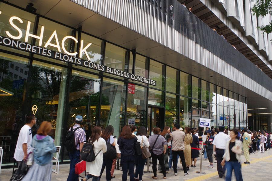 オープン前の「シェイク シャック」には、300人近い行列ができた
