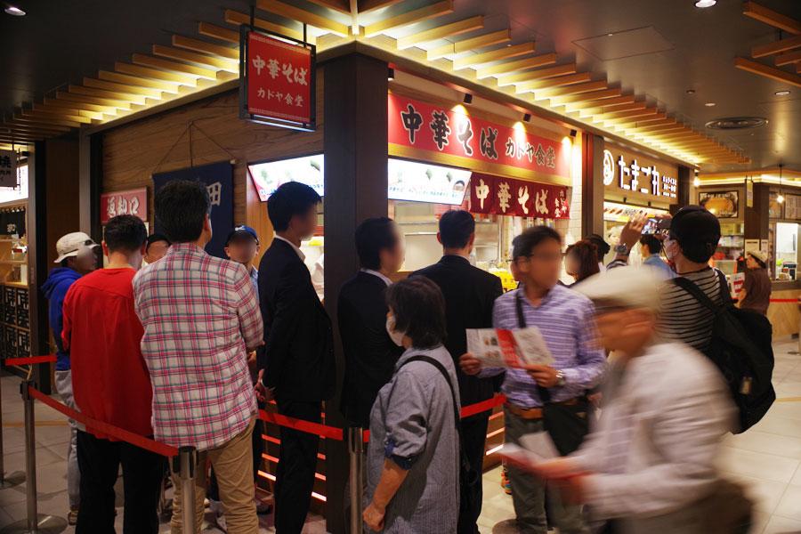 オープン直後でも約15人待ちの「カドヤ食堂」。しかし、さすがに10分も並ばずにラーメンにありつける