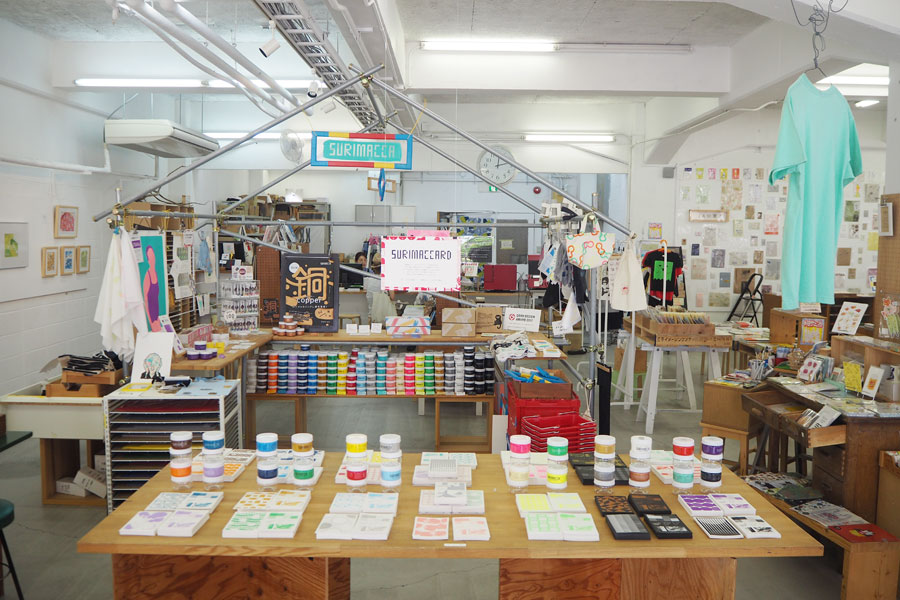 店内には、シルクスクリーンで作られた雑貨が多数販売されている
