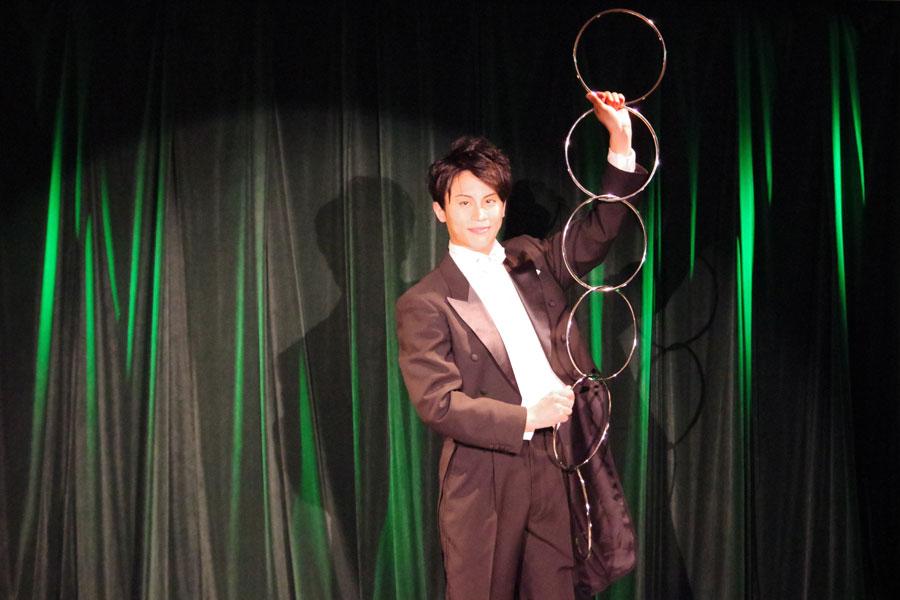 マジックショーでは、様々なイリュージョンが披露される