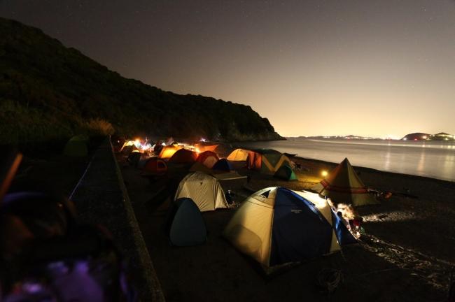 海岸線でのキャンプの様子
