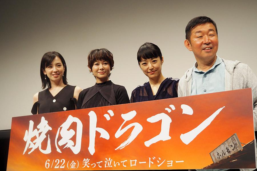 左から、桜庭ななみ、真木よう子、井上真央、鄭義信監督(7日・大阪市内)