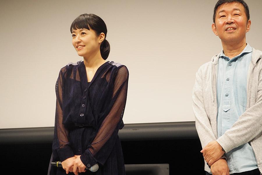 映画『焼肉ドラゴン』の舞台挨拶に登場した井上真央(左)と鄭義信監督(7日・大阪市内)