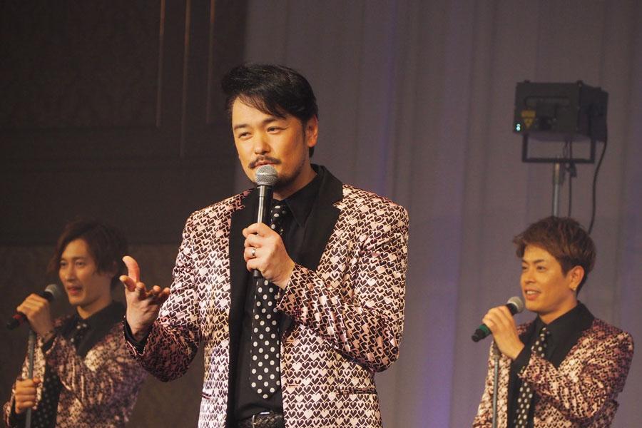 関西出身のメンバーが多く、漫談のようなMCも彼らの魅力(写真中央は小田井)