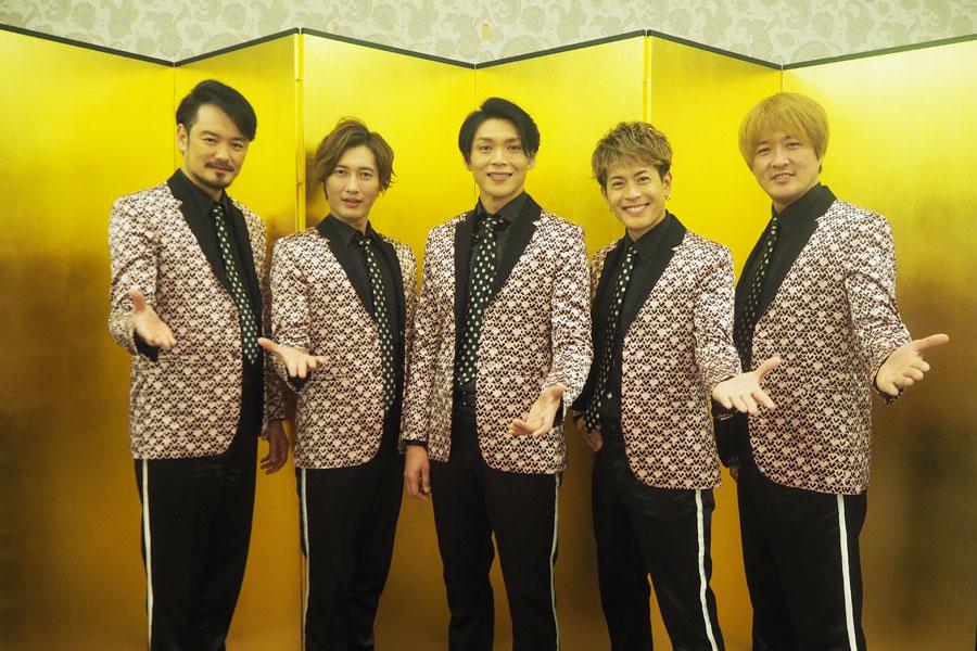 全員180cm越えの高身長、純烈のメンバー(左から小田井涼平、後上翔太、白川裕二郎、友井雄亮、酒井一圭)
