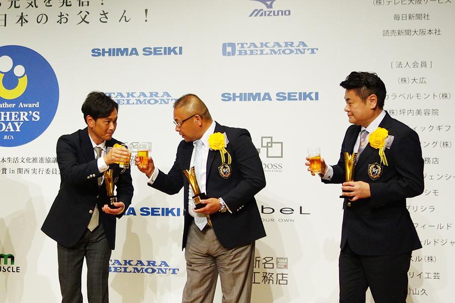 「神戸北野ホテル」の総支配人・総料理長・山口浩さんと乾杯する遠藤