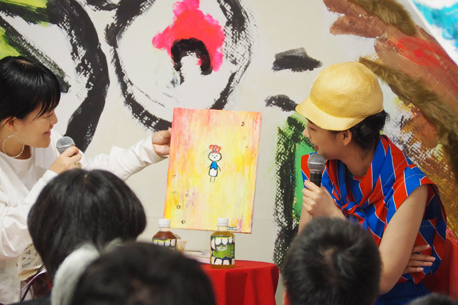 出来たてホヤホヤだという絵画を解説するのん。販売価格は10万だといい、「なかなか勇気がいりますよね(笑)」と、のん