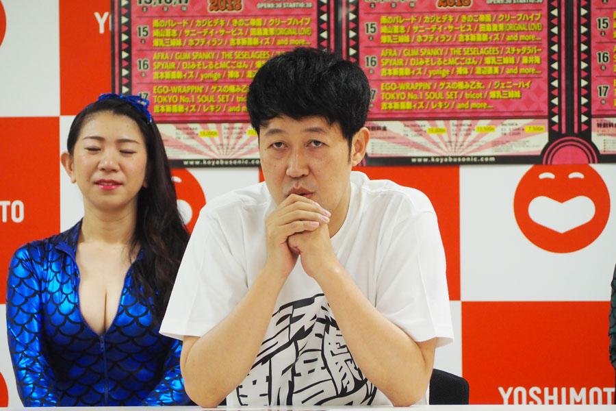 「出演者のラインアップではなく、雰囲気とか空気感で毎年来ていただけるようなフェスになれば」と意気込む小籔千豊(22日、大阪市内)
