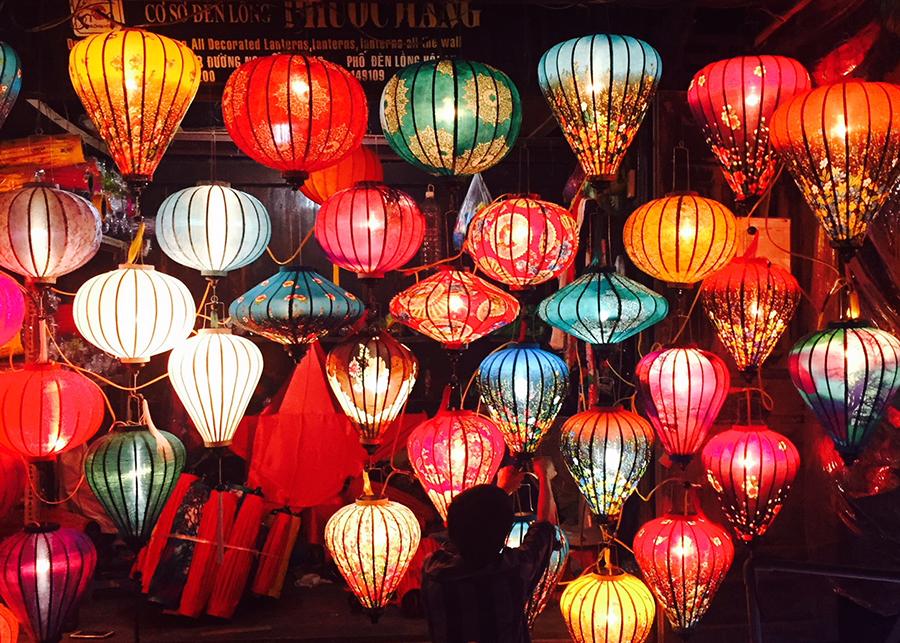 ベトナムのホイアンの景色。カラフルなランタンの灯りに街が彩られる