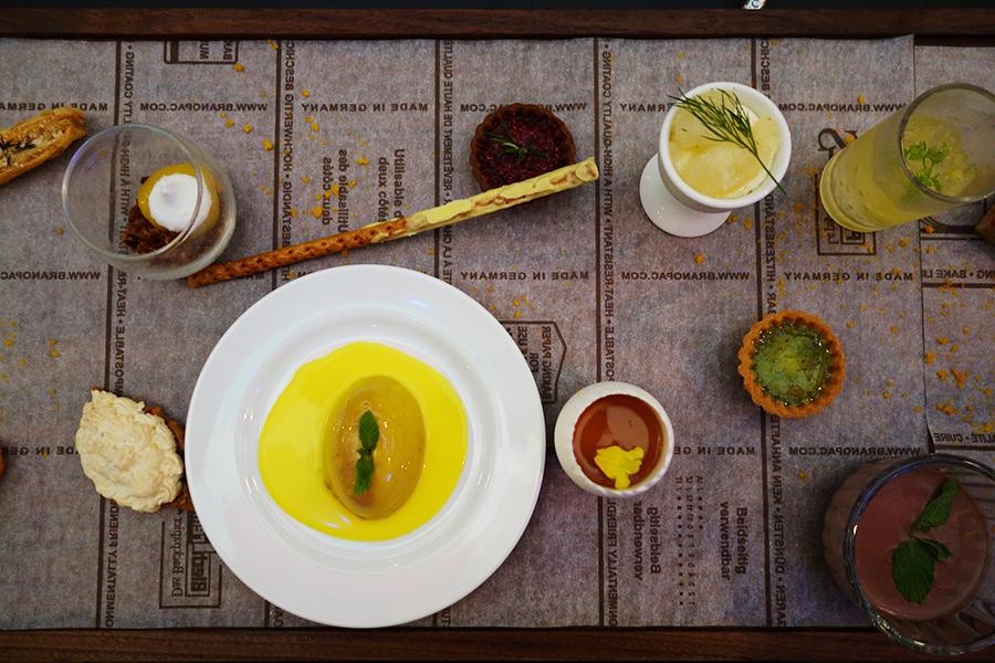 7月13日まで開催中のレモン&ハーブブッフェに登場するスイーツセット。レモンのスイーツのほか、チョコミントムース、バジルのタルトなど
