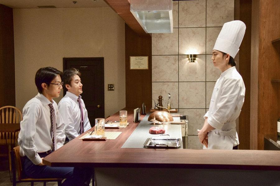 味とボリュームは最高の極厚ステーキに、モヤモヤする「アレ」がもれなく付いてくるという・・・。コント『名物 極厚ステーキ』より