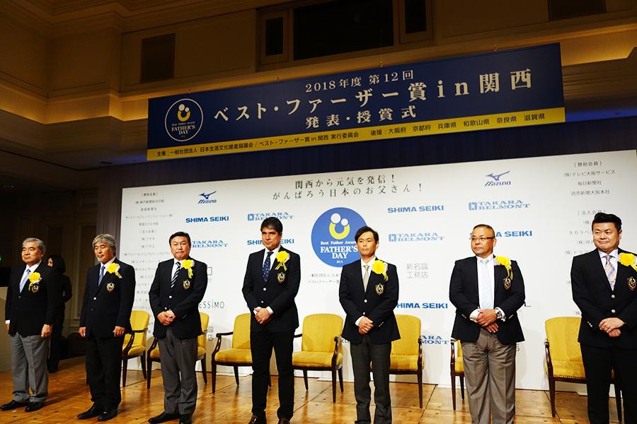7人の受賞者、左から黒田章裕さん、山極壽一さん、松本秀作さん、永島昭浩、遠藤章造、山口浩さん、菅生新さん
