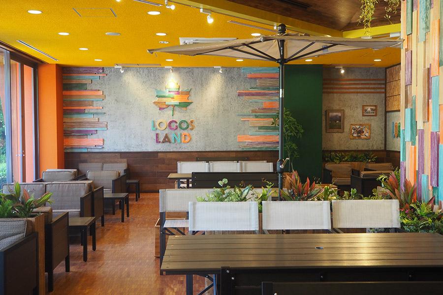 本格アウトドア料理などが楽しめる1階の「ロゴスファミリーレストラン」(京都府城陽市)
