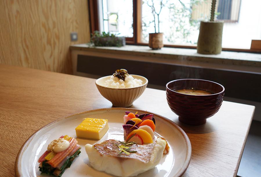 和食の技法「たて塩」を使い、ローズマリーとレモン塩で味付けをした天然鯛、カラフルな漬物など