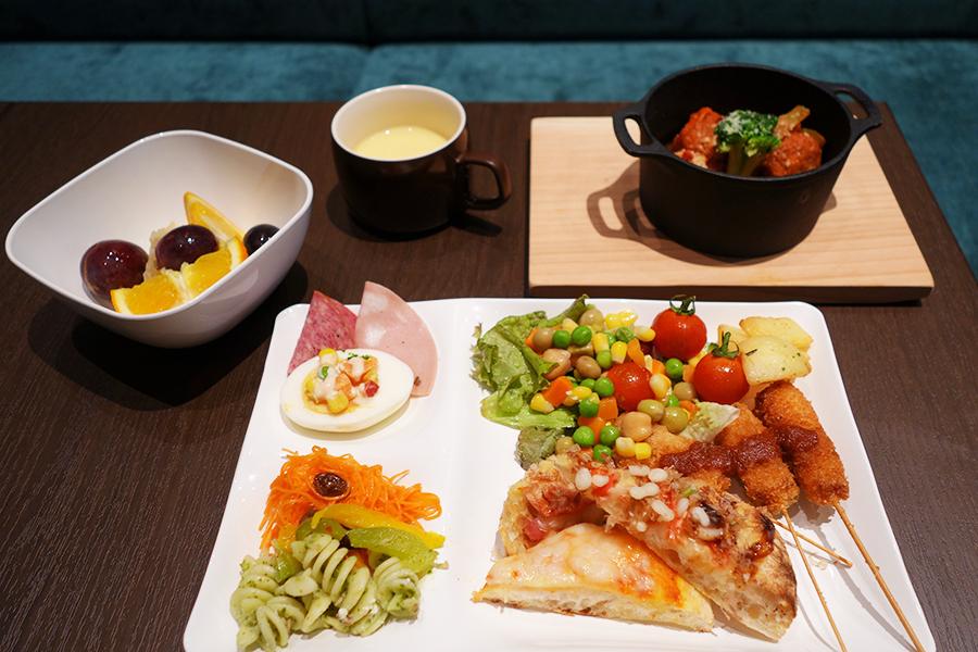 手前右側がピンサ、マルガリータ、タコなどをトッピングした「大阪」。串カツ、ココット料理など