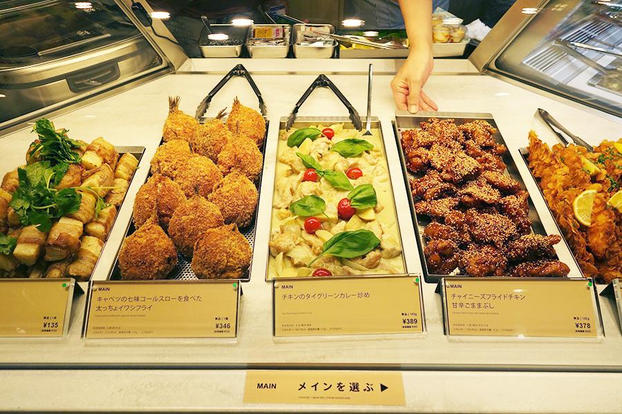 メインは、チキンの対グリーンカレー炒め、豚肉の長芋巻きグリルなど7種から選べる