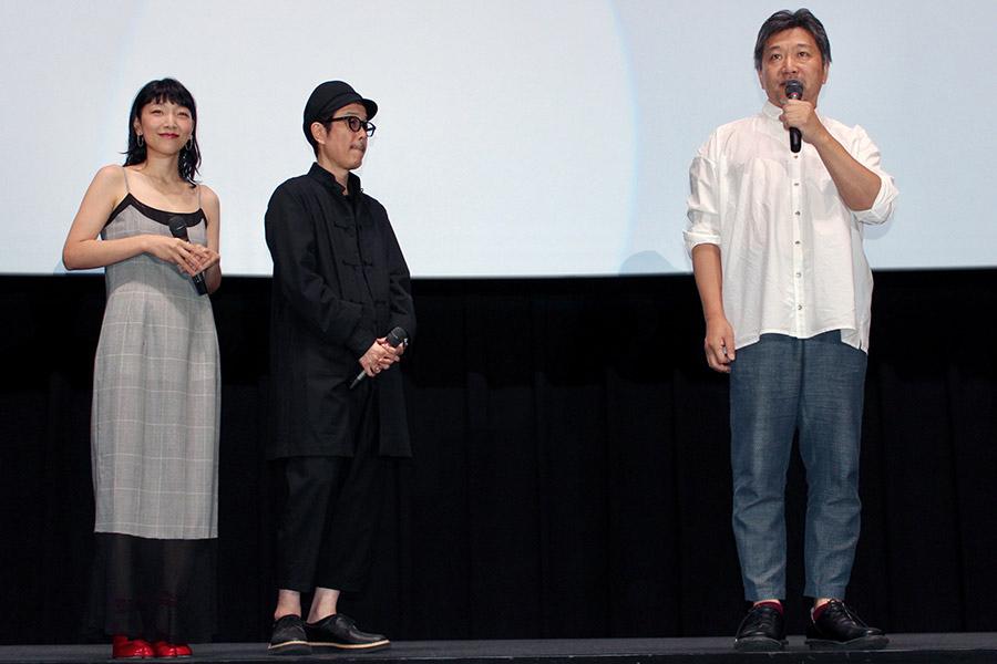 映画『万引き家族』の舞台挨拶に登場した是枝裕和監督、左は安藤サクラとリリー・フランキー(10日・大阪市内)
