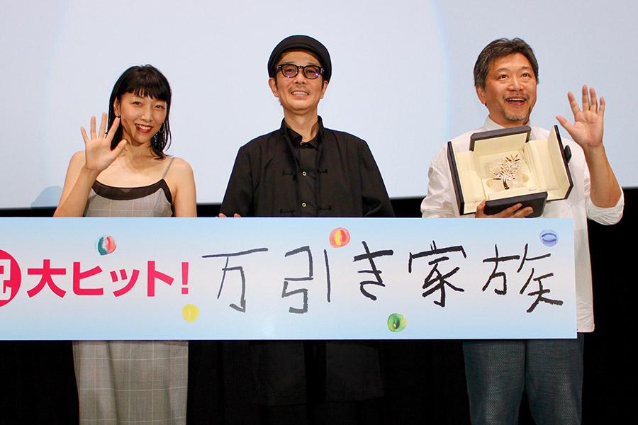 左から、安藤サクラ、リリー・フランキー、是枝裕和監督(10日・大阪市内)